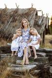 Μητέρα και κόρη δύο που έχουν τη διασκέδαση στο πάρκο Σκηνή φύσης ομορφιάς με τον οικογενειακό υπαίθριο τρόπο ζωής r στοκ φωτογραφίες