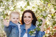 Μητέρα και κόρη κοντά σε ένα ανθίζοντας δέντρο Στοκ Εικόνα
