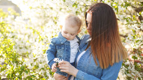 Μητέρα και κόρη κοντά σε ένα ανθίζοντας δέντρο Στοκ εικόνα με δικαίωμα ελεύθερης χρήσης