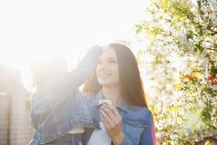 Μητέρα και κόρη κοντά σε ένα ανθίζοντας δέντρο Στοκ Φωτογραφίες