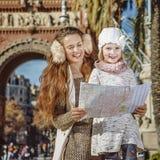 Μητέρα και κόρη κοντά Arc de Triomf που εξετάζει το χάρτη Στοκ Εικόνες