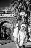 Μητέρα και κόρη κοντά Arc de Triomf στη Βαρκελώνη, Ισπανία Στοκ φωτογραφία με δικαίωμα ελεύθερης χρήσης