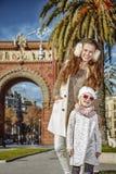 Μητέρα και κόρη κοντά Arc de Triomf στη Βαρκελώνη, Ισπανία Στοκ Εικόνες
