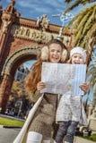 Μητέρα και κόρη κοντά Arc de Triomf στη Βαρκελώνη με το χάρτη Στοκ εικόνα με δικαίωμα ελεύθερης χρήσης