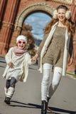Μητέρα και κόρη κοντά Arc de Triomf στο περπάτημα της Βαρκελώνης Στοκ Φωτογραφία