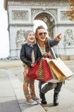 Μητέρα και κόρη κοντά Arc de Triomphe που δείχνει σε κάτι Στοκ φωτογραφία με δικαίωμα ελεύθερης χρήσης