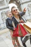 Μητέρα και κόρη κοντά Arc de Triomphe που δείχνει σε κάτι Στοκ φωτογραφίες με δικαίωμα ελεύθερης χρήσης
