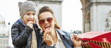 Μητέρα και κόρη κοντά Arc de Triomphe που τρώει macaroons Στοκ φωτογραφία με δικαίωμα ελεύθερης χρήσης