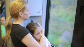Μητέρα και κόρη μεταναστών που κοιτάζουν στο παράθυρο του τραίνου φιλμ μικρού μήκους