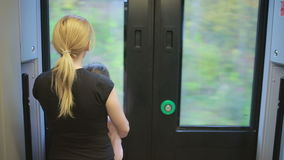 Μητέρα και κόρη μεταναστών που κοιτάζουν στο παράθυρο του τραίνου απόθεμα βίντεο