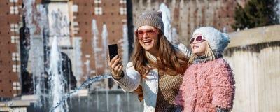 Μητέρα και κόρη με τη ψηφιακή κάμερα που παίρνει selfie Στοκ φωτογραφία με δικαίωμα ελεύθερης χρήσης