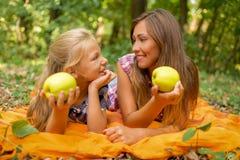 Μητέρα και κόρη με τη Apple Στοκ Εικόνες
