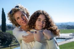 Μητέρα και κόρη με το μπλε ουρανό στο υπόβαθρο στοκ φωτογραφία με δικαίωμα ελεύθερης χρήσης
