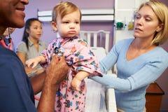 Μητέρα και κόρη με το προσωπικό στον παιδιατρικό θάλαμο του νοσοκομείου Στοκ εικόνες με δικαίωμα ελεύθερης χρήσης