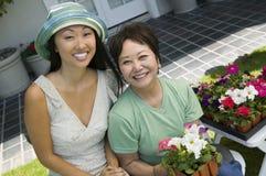 Μητέρα και κόρη με το χαμόγελο λουλουδιών (πορτρέτο) Στοκ εικόνες με δικαίωμα ελεύθερης χρήσης