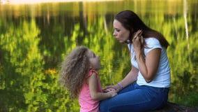 Μητέρα και κόρη Οικογενειακός χρόνος απόθεμα βίντεο