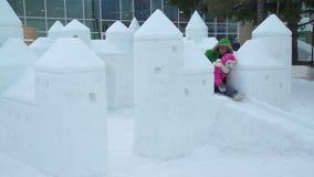 Μητέρα και κόρη που έχουν τη διασκέδαση στην πόλη πάγου απόθεμα βίντεο