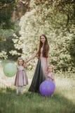 Μητέρα και κόρη που έχουν τη διασκέδαση στο πάρκο r Ευτυχής οικογένεια που στηρίζεται από κοινού στοκ εικόνες με δικαίωμα ελεύθερης χρήσης