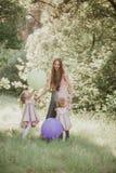 Μητέρα και κόρη που έχουν τη διασκέδαση στο πάρκο r Ευτυχής οικογένεια που στηρίζεται από κοινού στοκ φωτογραφία με δικαίωμα ελεύθερης χρήσης