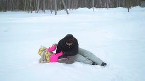 Μητέρα και κόρη που έχουν τη διασκέδαση στο χιόνι φιλμ μικρού μήκους