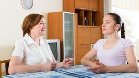 Μητέρα και κόρη που έχουν τη συνομιλία Στοκ φωτογραφία με δικαίωμα ελεύθερης χρήσης