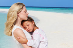 Μητέρα και κόρη που αγκαλιάζουν στην όμορφη παραλία Στοκ εικόνες με δικαίωμα ελεύθερης χρήσης
