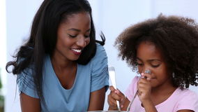 Μητέρα και κόρη που αναμιγνύουν τη σαλάτα απόθεμα βίντεο