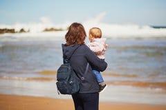 Μητέρα και κόρη που απολαμβάνουν τον Ατλαντικό Ωκεανό στην παραλία στοκ εικόνες