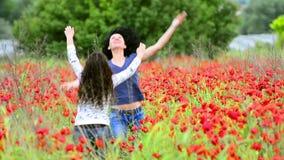 Μητέρα και κόρη που απολαμβάνουν στον τομέα παπαρουνών φιλμ μικρού μήκους