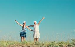 Μητέρα και κόρη που απολαμβάνουν τη φύση Στοκ φωτογραφία με δικαίωμα ελεύθερης χρήσης