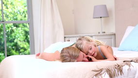 Μητέρα και κόρη που βρίσκονται στο κρεβάτι απόθεμα βίντεο