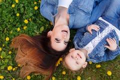 Μητέρα και κόρη που βρίσκονται στο χορτοτάπητα Στοκ Φωτογραφία