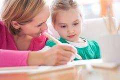 Μητέρα και κόρη που γράφουν από κοινού στοκ εικόνες με δικαίωμα ελεύθερης χρήσης