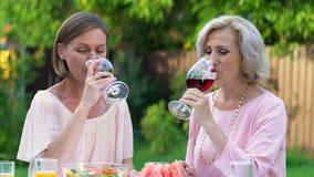 Μητέρα και κόρη που δοκιμάζουν το νέο κρασί, χόμπι ευχαρίστησης, οικογενειακές παραδόσεις απόθεμα βίντεο