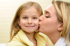 Μητέρα και κόρη που εκφράζουν την αγάπη Στοκ Φωτογραφία