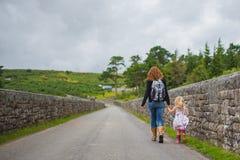 Μητέρα και κόρη που εξερευνούν Dartmoor Στοκ φωτογραφία με δικαίωμα ελεύθερης χρήσης