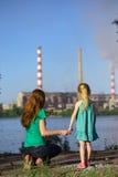 Μητέρα και κόρη που εξετάζουν τους καπνοδόχος-σωρούς εγκαταστάσεων Στοκ Εικόνες