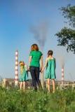 Μητέρα και κόρη που εξετάζουν τους καπνοδόχος-σωρούς εγκαταστάσεων Στοκ φωτογραφία με δικαίωμα ελεύθερης χρήσης