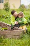Μητέρα και κόρη που εργάζονται στο domectic κήπο Στοκ εικόνες με δικαίωμα ελεύθερης χρήσης
