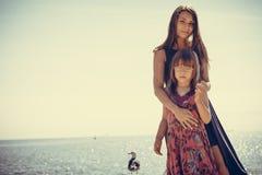 Μητέρα και κόρη που θέτουν εν πλω Στοκ εικόνα με δικαίωμα ελεύθερης χρήσης