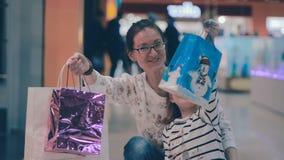 Μητέρα και κόρη που διεγείρονται για τις πωλήσεις αγορών απόθεμα βίντεο