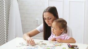 Μητέρα και κόρη που κάνουν έναν γρίφο μαζί στο ελαφρύ καθιστικό απόθεμα βίντεο
