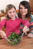 Μητέρα και κόρη που κατασκευάζουν τη σαλάτα στοκ φωτογραφία με δικαίωμα ελεύθερης χρήσης