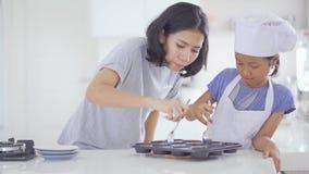 Μητέρα και κόρη που παίρνουν τα μπισκότα στη φόρμα απόθεμα βίντεο