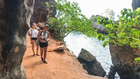 Μητέρα και κόρη που περπατούν στην πορεία δίπλα στη θάλασσα στοκ εικόνα με δικαίωμα ελεύθερης χρήσης