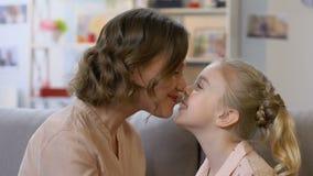 Μητέρα και κόρη που σπρώχνουν με τη μουσούδα, παίζοντας παιχνίδια, που έχουν τη διασκέδαση μαζί, κινηματογράφηση σε πρώτο πλάνο απόθεμα βίντεο
