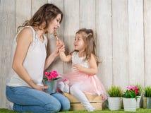 Μητέρα και κόρη που τρώνε lollipop στοκ φωτογραφίες