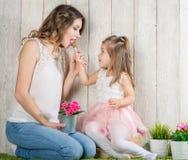 Μητέρα και κόρη που τρώνε lollipop στοκ εικόνα