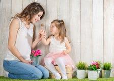 Μητέρα και κόρη που τρώνε lollipop στοκ φωτογραφία