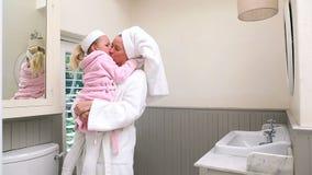 Μητέρα και κόρη που φορούν τα μπουρνούζια απόθεμα βίντεο
